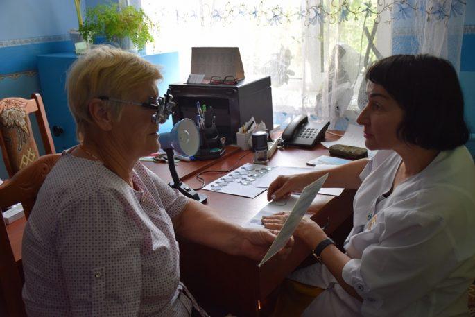 Під час прийому офтальмолог дразу підбирала окуляри для пацієнта